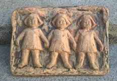 Hanna Mobach - ceramic tile with three children