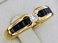18 kt yellow gold ring with sapphires and diamonds – Size: 56 – Easily adjustable.