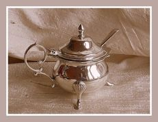 Sterling silver George V mustard pot w/blue glass liner, Leverley Brothers, Sheffield, 1911 and spoon, London, 1921