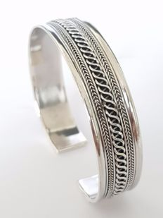 Silver bangle bracelet with pattern and opening, flexible