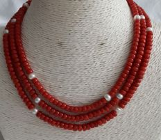Long necklace of coral and cultured freshwater pearls with a 14 kt gold clasp