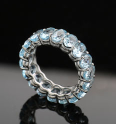 Eternity ring / memory ring with blue topazes of 6.40 ct in total, 750 / 18 kt white gold --no reserve price--