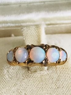 Victorian ring from 1855, made in 22 kt gold with opals