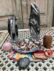 Fossil Marble bowl and sculptures, with extensive Lot of polished stones (750 pieces), Labradorite heart, mineral spheres, and 10 small Sari bags - 8.41 kg