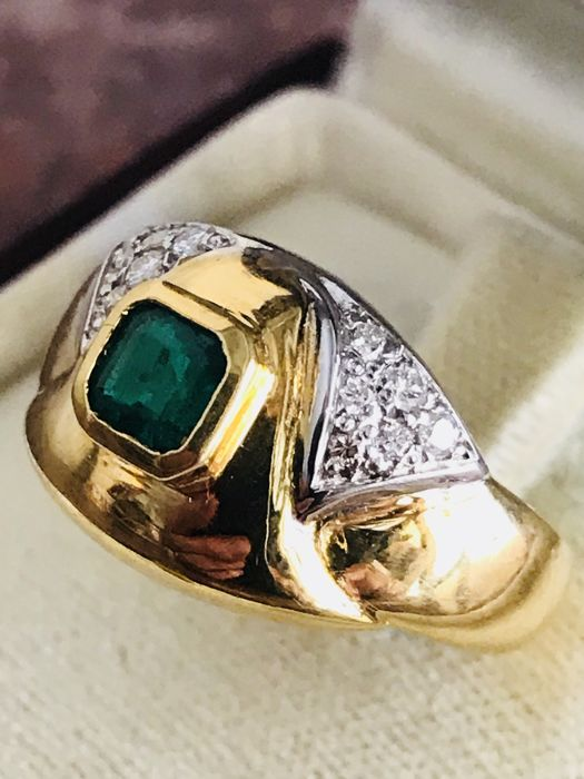 Ring in 18 kt gold with 0.18 ct diamonds and emerald - Size 18