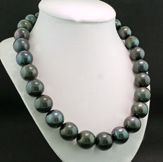 Imposing Tahitian pearl necklace, black of exceptional size 15-17 mm. Rarity