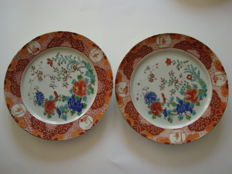 "Pair of Arita porcelain plates with rich flower decoration - Marked ""Hichozan Shinpo zo""  (215 mm) - Japan - 19th century"