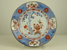 Imari porcelain plate with a flower pot decoration – China – Qianlong period (1735-1796)