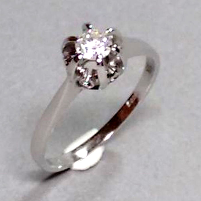 Ring made of 18 kt gold with diamond 0.25 ct, approx. 3.19 g In mint condition Ring size: 54