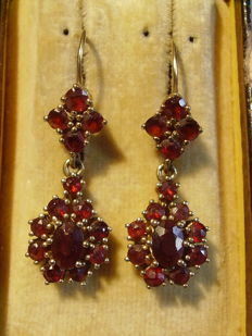 Two-level gold earrings with faceted garnets totalling approx. 6 ct.