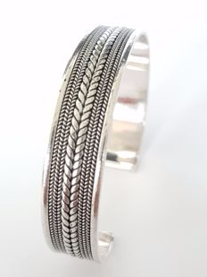 925 silver bangle with pattern, opening and is flexible