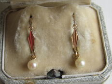 'Sleeper' earrings in 14 kt yellow gold with salt water cultured pearls pendants. 2.4 cm high - 1.21 g - 1 hallmark.