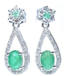 18 kt. White gold earrings with 40 HI-SI diamonds and 4 natural A colour emeralds. Total: 2.23 ct Length: 25 mm - No reserve price.