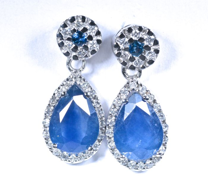 18 kt Earrings of white gold with 50 diamonds GH-SI and Blue Sapphires A colour Total: 3.14 ct, Length: 17.40 mm No reserve price