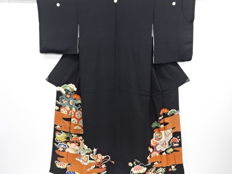 Beautiful kuro-tomesode kimono with exquisite decoration of embroidery designs - Japan - ca. 1950s