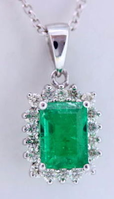 14 kt Pendant with 18 diamonds and a 1.00 ct  green emerald - With a jewel certificate