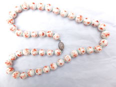 Knotted necklace made of 44 large porcelain beads, with a box clasp. China, 1st half of the 20th century.
