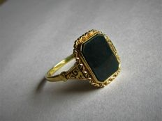 14 kt Gold ring (3.15 grams) with black/red Heliotrope (approx. 1.07 ct). Size: 18.5 **NO RESERVE PRICE**