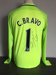 Claudio Bravo signed Manchester City goalkeeper shirt 16-17 with photo of the signing time and certificate of authenticity
