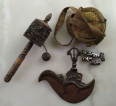 Lot of Tibetan items: a kartrika knife, a travel ghau, a wooden prayer wheel and 4 dzi beads - Tibet - second half of the 20th century