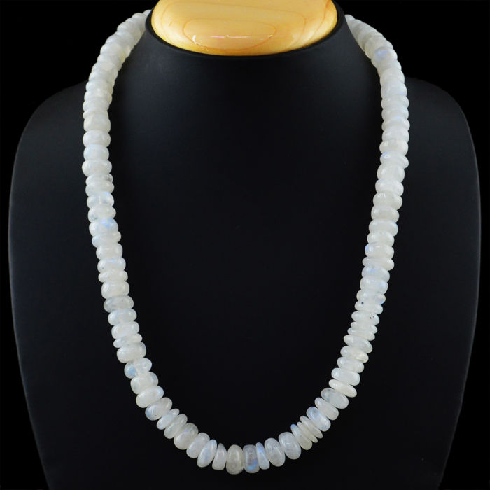 White Moonstone necklace with 18 kt (750/1000) gold Clasp, length 50cm.