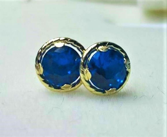 14 kt earrings with 0.5 ct blue sapphire, diameter: approx. 0.5 cm.