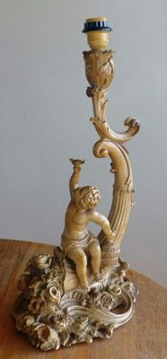 Baroque table lamp with standing puti.