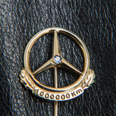 Old Mercedes Benz 1.000.000 Km Pin Logo Emblem Brooch 333 Gold & Sapphire / Box * No Reserve Price *