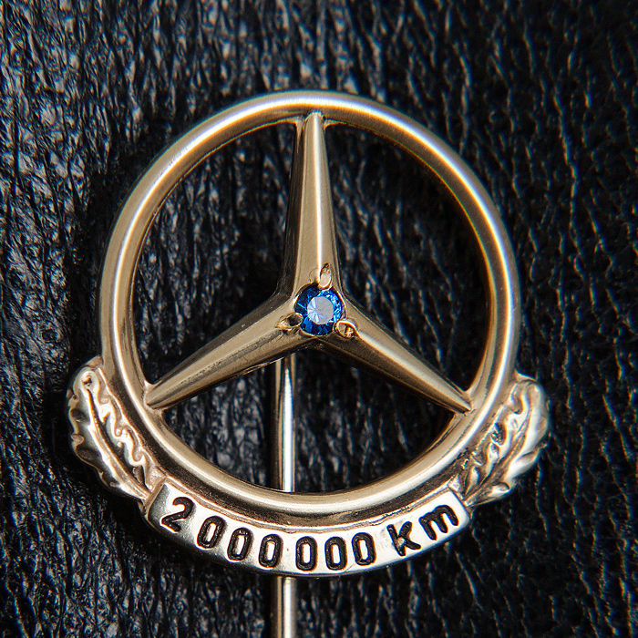 Old Mercedes Benz 2.000.000 Km Pin / Brooch 333 Gold & Sapphire / Box - * No Reserve Price *