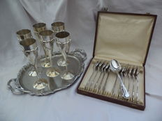 Cutlery case 12-piece WISKEMANN silver plated + antique 6-piece silver plated cups 275 gr on tray (not silver)
