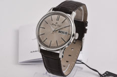Mathey-Tissot men's retro wristwatch with steel casing and leather strap.