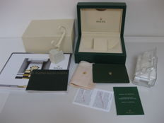 Rolex set: green box with wave pattern, model 39139.04, new condition, with watch stand, branded cotton cloth, instruction booklets and guarantee manual, watch holder in padded plastic and catalogue in colours