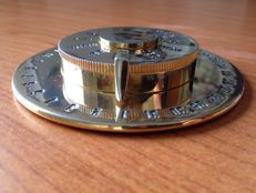 Brass paperweight - very rare because it only indicates days and months, so for infinite use - collectibles