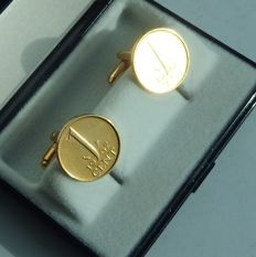 Gold-plated cufflinks made from 1 cent Juliana 1966 and 1967, in a box.