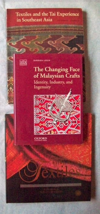 Lot with 4 books on arts & crafts in (mainly) Malaysia.