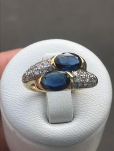 Beautiful 'you and me' cocktail ring in 18 kt gold, with diamonds and sapphires totalling 2.10 ct.