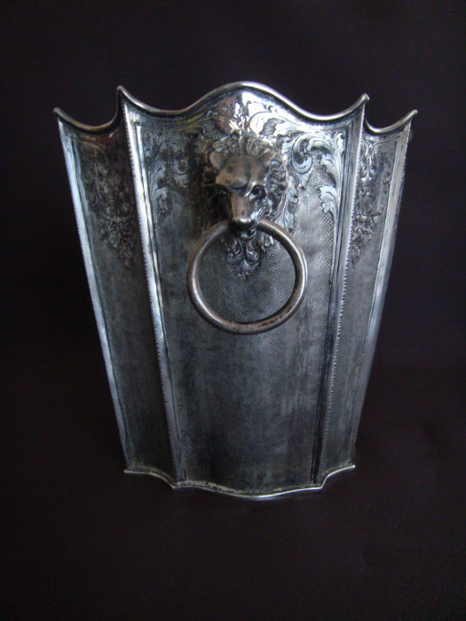 Embossed and chiselled silver ice bucket Florence (Italy), first half of the 20th century