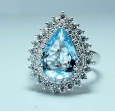 A 14kt white gold ring.set with a 4.11ct Aquamarine and Diamonds - 17 mm