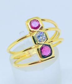 18 kt yellow gold cocktail ring with diamond and two rubies. Interior measurements 17 mm