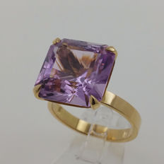 18 kt yellow gold ring with kunzite of 12.62 ct NEL certificate - Ring size 57 / 18 mm