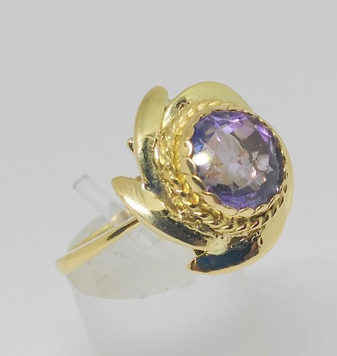 Cocktail ring in 18 kt yellow gold with amethyst. 18 mm