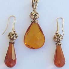 Set in 18 kt gold With natural amber, total weight: 17.4 g