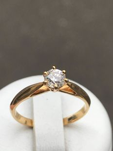 18kt gold solitaire ring, with a central Top Wesselton diamond of 0.40 ct in prongs setting design - Ring size: 53.