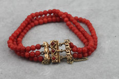 Red coral bracelet with golden 14 kt clasp