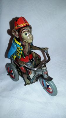Arnold, US Zone Germany - Length 8.5 cm - Tin monkey on tricycle with clockwork motor, 1950s