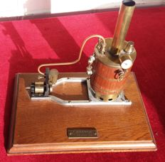 Custom made / unknown - Standing steam engine with manometer, 2nd half 20th century