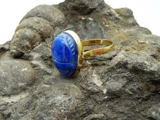 Ring in 18 kt gold Egyptian scarab in lapislazuli