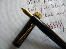Beautiful Sheaffer flat top black pen from the 1980s with original gold or gold-plated oversize nib