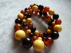 Lot 21 - Beautiful 3 colours Bakelite necklace