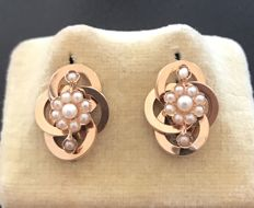 Ravishing pair of Napoleon III era earrings in 18 kt rose gold, swirl model decorated with pearls